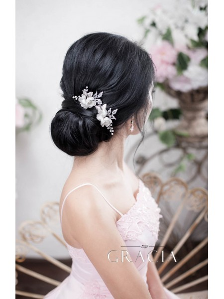 Your Choice of Hair Adornments with Gentle Blossoms and Glittering Gemstones for Wedding Hairstyle